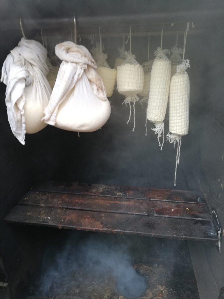 Do wędzenia serów Jersey w Dębnik 52 używamy drewna pochodzącego z drzew liściastych, najczęściej bukowego, dębowego i olchowego